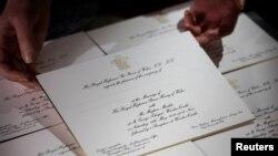 Undangan pernikahan Pangeran Harry dan Meghan Markle di Kastil Windsor pada Mei, di percetakan Barnard dan Westwood di London, 22 Maret 2018.