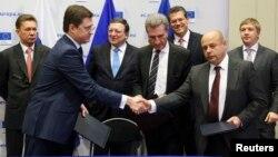 俄罗斯和乌克兰两国能源部长握手(2014年10月30日)