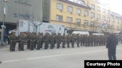 Vojnici Oružanih snaga predali u Banja Luci raport Mladenu Ivaniću (Fotografija preuzeta od N1)