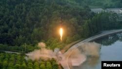 조선중앙통신이 지난 5월 북한이 정밀 조종유도체계를 도입한 신형 탄도미사일 시험발사에 성공했다며 공개한 장면.