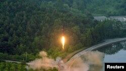 북한이 정밀 조종유도체계를 도입한 신형 탄도미사일 시험발사에 성공했다며 관영 조선중앙통신이 지난 5월 공개한 사진