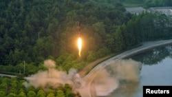 Un missile balistique testé avec un système de guidage de précision sur une photo non datée publiée de l'Agence de presse coréenne du Nord (KCNA), 30 mai 2017.
