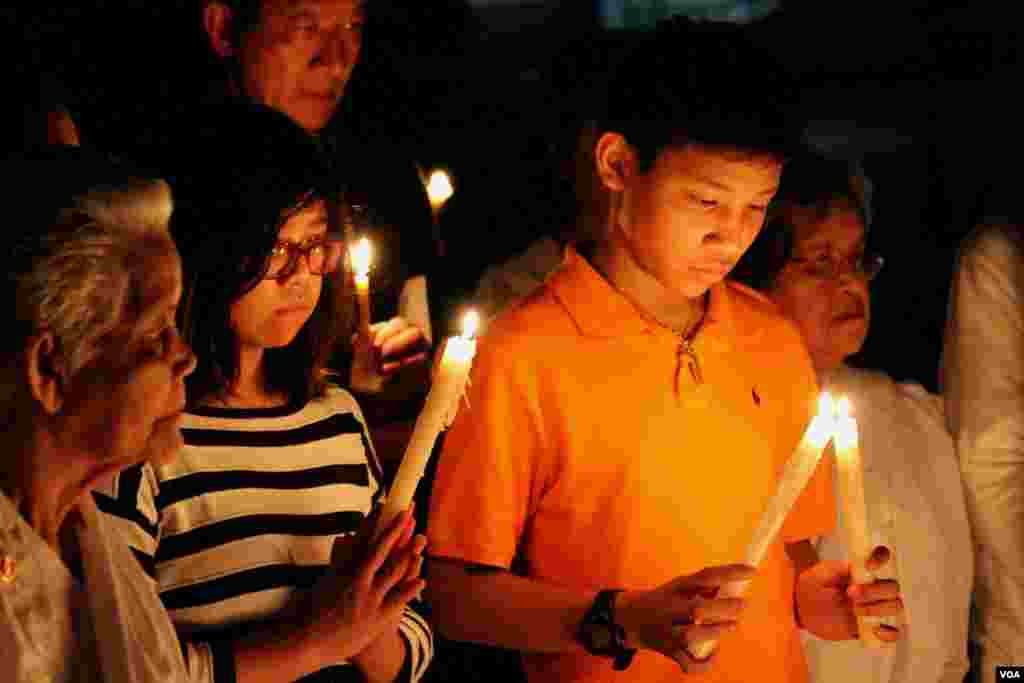 Young Cambodian-Americans take part in a candle vigil during a memorial service for Khmer Rouge victims at the Wat Buddhikaram Cambodian Buddhist temple in Silver Spring, Maryland, to mark the 40th anniversary of the takeover of the Khmer Rouge, on Friday, April 17, 2015. (Sophat Soeung/VOA Khmer)
