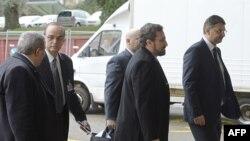 Trưởng đoàn đàm phán của phe đối lập Syria Hadi Al Bahra (thứ hai từ trái), phát ngôn viên Liên minh Quốc gia Syria Louay Safi (thứ hai từ bên phải) và Tổng thư ký Hội đồng Quốc gia Syria Badr Jamous (giữa) đến tham dự cuộc hòa đàm ngày 14/2/2014.