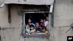 La lucha continua sin cesar, con ataques israelíes dejando a familias enteras sepultadas bajo escombros y militantes de Hamas disparando más de 50 cohetes a Israel.