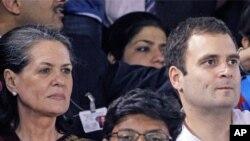 آرشیف: از چپ به راست، خانم و پسر راجیو گاندی صدراعظم فقید هند