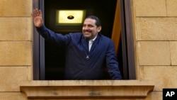 Le premier ministre libanais Saad Hariri salue ses supporters d'une fenêtre de sa résidence, le 22 novembre, Beyrouth, Liban.