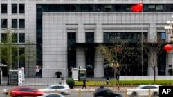 """北京的中國商務部門前車如流水(2018年4月6日)。商務部國際貿易經濟合作研究院是中國官方成立的""""美國研究智庫聯盟""""的一部分。"""