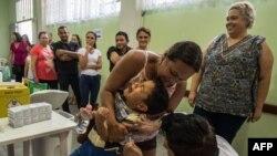Un garçon pleure lors d'une vaccination contre la fièvre jaune, dans un centre de santé publique à Sao Paulo, au Brésil, le 25 octobre 2017.