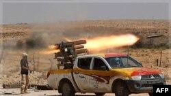 1 chiến binh phe nổi dậy phóng tên lửa gần Sirte, quê hương của nhà cựu lãnh đạo Gadhafi, 17/9/2011