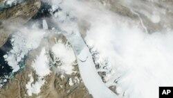 Gambar-gambar dari satelit NASA menunjukkan gunung es terlepas dari gletser Petermann di Greenland (foto: 16/7).
