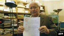 Серж Кларсфельд с архивным документом