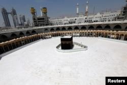 Suasana Ka'bah yang sepi tanpa para jamaah setelah pemerintah Arab Saudi menghentikan sementara ibadah umrah untuk membasmi virus corona, 6 Maret 2020. (Foto: Reuters)