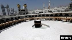 Pemandangan Ka'bah di Masjidil Haram yang hampir kosong dari jamaah, setelah otoritas Saudi menangguhkan umrah di tengah ketakutan corona di kota suci Mekkah, Arab Saudi 6 Maret 2020. (Foto: Reuters)
