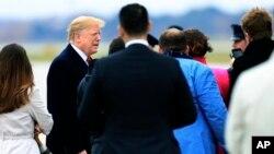 Presiden AS Donald Trump berbicara kepada para wartawan yang mengikuti perjalanannya sebelum naik pesawat kepresidenan Air Force One di Pangkalan Angkatan Udara Andrews, Senin, 5 November 2018.