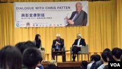 前港督彭定康與香港大專學生對話。 (美國之音湯惠芸攝)