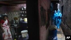 Nhân viên y tế xét nghiệm Covid-19 tại một khu ổ chuột ở Mumbai, Ấn Độ, hôm 14/7/2020. (AP Photo/Rafiq Maqbool)