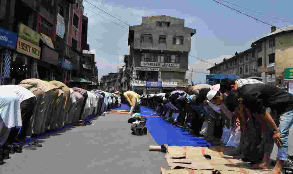 نمازیوں سے مسجد بھرجانے کے بعد کشیمری بڈھا شاہ چوک میں سڑک پر نماز ادا کررہے ہیں