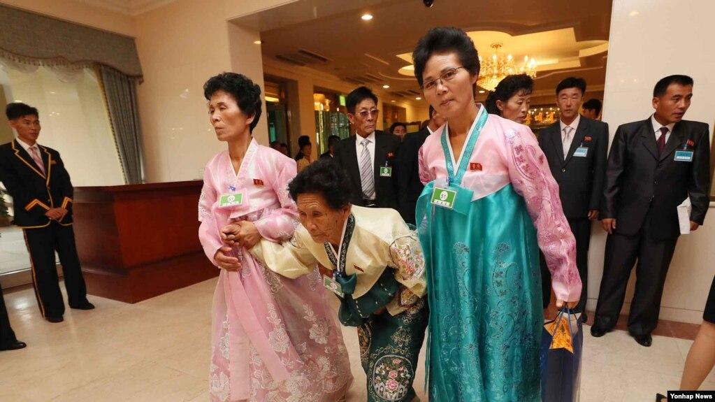 獲准參與家庭團聚的朝鮮人到達現場(韓聯社)