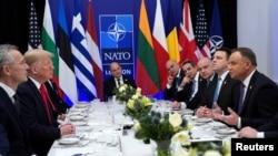 Sekretaris Jenderal NATO Jens Stoltenberg ketika Presiden AS Donald Trump dan Presiden Polandia Andrzej Duda berbicara ketika sedang makan siang yang berlangsung selama KTT NATO di Watford, Inggris, 4 Desember 2019. (Foto: Reuters / Kevin Lamarque)