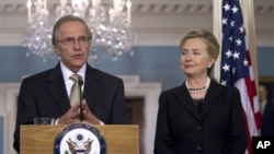 US Special Envoy for Sudan Princeton Lyman (l) and Secretary of State Hillary Rodham Clinton (file photo)