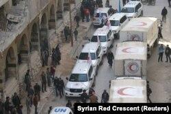 Antrian truk bantuan dari Bulan Sabit Merah Suriah dan organisasi kemanusiaan lainnya terlihat berada di Ghouta, Suriah, 5 Maret 2018. (Foto: dok).