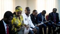 Martin Fayulu (3e G) na Théodore Ngoy (1er D) kati na ba candidats basusu basakolamaki na CENI ete balongi te maponami ma le 30 décembre 2018 mokonzi ya mboka, na Kinshasa, 25 décembre 2018.