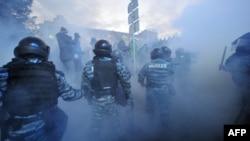 烏克蘭防暴警察在首都基輔跟抗議者發生衝突。