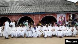 Des chefs sont assis à l'extérieur du palais lors du festival Olojo à Ife Ife, au Nigeria, le 15 octobre 2016.