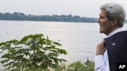 Ngoại trưởng Mỹ John Kerry đứng bên sông Congo tại thủ đô Kinshasa, CHDC Congo, ngày 3 tháng 4, 2014.