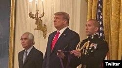 Tổng thống Donald Trump trao Huân chương Nghệ thuật Quốc gia cho nhà báo ảnh Nick Út. Photo Thanh Long and Nico Henendez via Twitter Nick Ut.