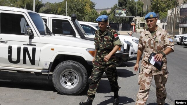 Members of the United Nations observers mission in Syria, who have left their bases in the province of Homs in Central Syria, return to their hotel in Damascus on August 20, 2012.