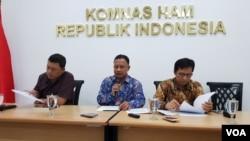 Komisioner Komnas HAM Choirul Anam (tengah) dalam jumpa pers di kantornya, Kamis (8/8). (Foto: VOA/Fathiyah)