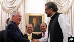El secretario de Estado de EE.UU., State Rex Tillerson, se reunió con el primer ministro pakistaní, Shahid Khan Abbasi, en su residencia en Islamabad, el martes, 24 de octubre de 2017.