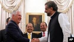 امریکی وزیر خارجہ ریکس ٹلرسن اسلام آباد میں وزیر اعظم شاہد خاقان عباسی کے ساتھ،