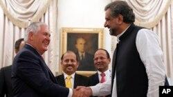 Menlu AS Rex Tillerson (kiri) bertemu PM Pakistan Shahid Khan Abbasi di Islamabad, Pakistan, Selasa (24/10).