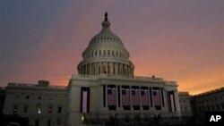 Mặt trời mọc phía sau Điện Capitol nhìn xuống đại lộ Pennsylvania ở thủ đô Washington trước lễ nhậm chức của Tổng thống Obama, ngày thứ hai ngày 21/1/2013.