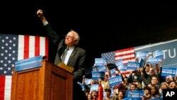 民主党候选人伯尼·桑德斯向支持者示意(2016年4月5日)