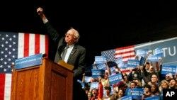 ທ່ານ Bernie Sanders ພວມຖະແຫລງ ຕໍ່ພວກສະໜັບສະໜຸນ ທີ່ເມືອງ Laramie ໃນລັດໄວໂອມິງ. (5 ເມສາ 2016)