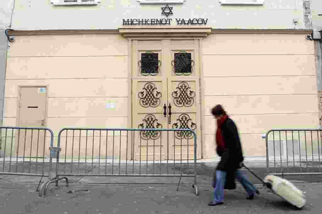 Un perímetro de seguridad fue establecido frente a la escuela judía en París, tras el ataque ocurrido en Toulouse.