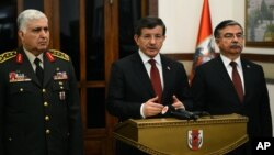Perdana Menteri Turki Ahmet Davutoglu memberikan keterangan mengenai operasi militer pemindahan makam Suleyman Shah, kakek dari pendiri kekhalifahan Usmaniah di Suriah (22/2).
