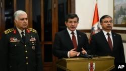 土耳其總理艾達武特奧盧(中)在移陵行動後對記者講話