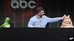"Kermit Katak, penulis/produser eksekutif Bob Kushell dan Miss Piggy ikut dalam presentasi acara ""The Muppets"" di Disney/ABC Summer TCA Tour di Beverly Hilton Hotel di Beverly Hills, California, 4 Agustus 2015."