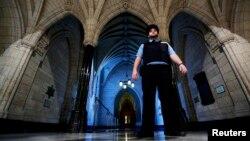 在渥太華議會的圖書館入口附近,一名安全警衛在巡邏(2014年10月23日)