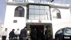 Los ataúdes de los misioneros fueron llevados a la iglesia bautista en Santiago, México.