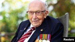 Đại úy Tom Moore, cựu binh Anh từ thời Thế chiến Thứ Hai.