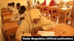 Sebuah sekolah di Somalia sedang melaksanakan ujian tertulis. (Foto: Courtesy/Radio Mogadishu)