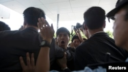 Police stop student protesters as they rush to meet Chief Executive Leung Chun-ying at government headquarters in Hong Kong September 23, 2014.