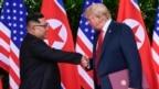 Tư liệu- TT Hoa Kỳ Donald Trump bắt tay với Lãnh tụ Triều Tiên Kim Jong Un trước thềm cuộc gặp thượng đỉnh hai nước lần thứ nhất tại Singapore.