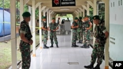 Tentara berjaga-jaga di bangsal rumah sakit di mana korban pesawat AirAsia dibawa untuk identifikasi di RS Bhayangkara Polri, Surabaya, Rabu (31/12).